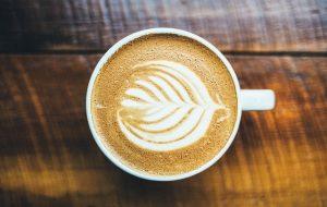 motif dans une tasse à café