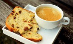 Petit déjeuner avec un café vanille et une brioche